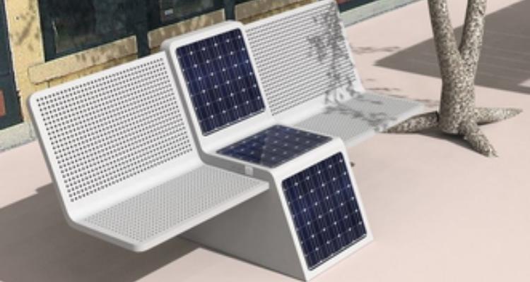Mahdia: des chaises publiques équipées de panneaux solaires pour recharger les téléphones